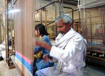 織り職人さんに織りを学ぶ